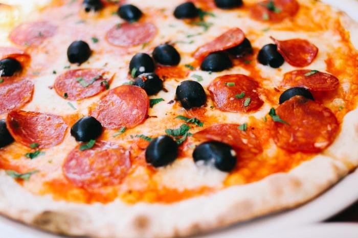 89% респондентов питаются в столовых своих школ и колледжей. Больше половины из них любят такую еду, однако у 22% она вызывает отрицательные ассоциации, пищу назвали невкусной, дорогой и холодной