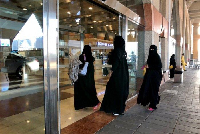 В саудовских ресторанах отменили отдельные входы для женщин.