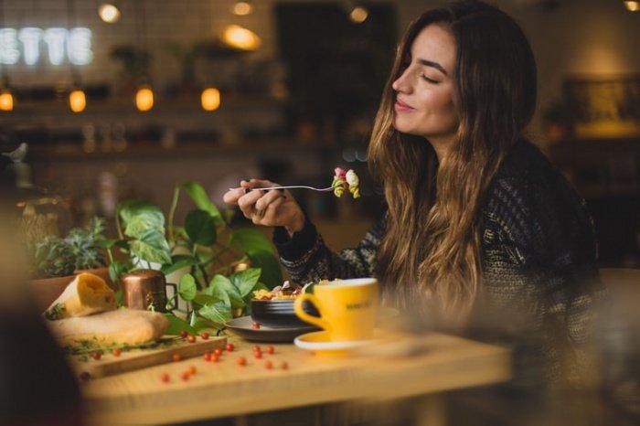 Число тех, кто может позволить себе «еду, которую хотят есть», составило 51,7%. 43,7% достаточно еды, но позволить себе именно те продукты, которые хочется, они могут не всегда