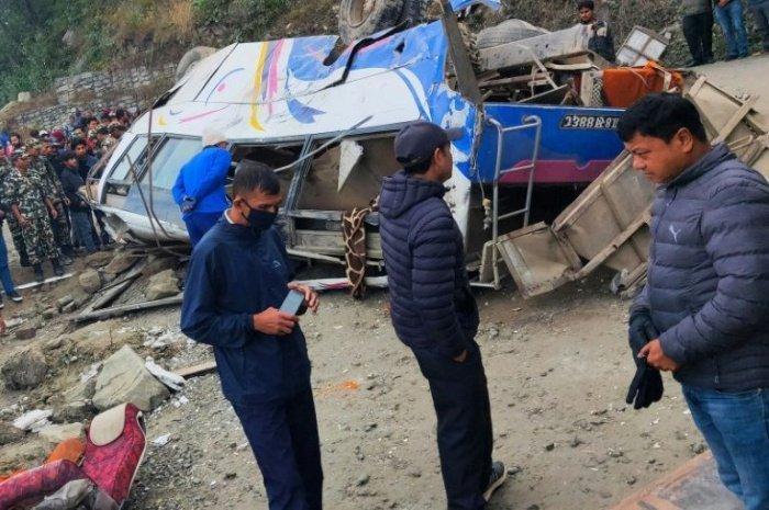 В Непале расследуют падение автобуса с паломниками в пропасть.