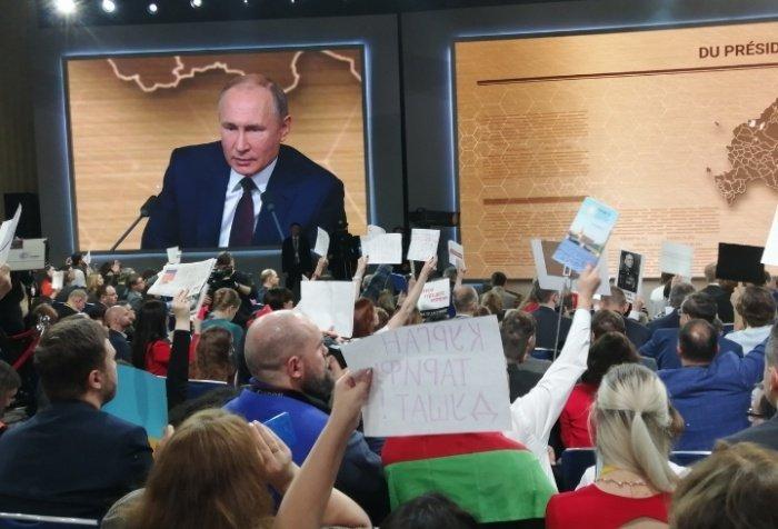 Владимир Путин продолжает отвечать на вопросы журналистов.