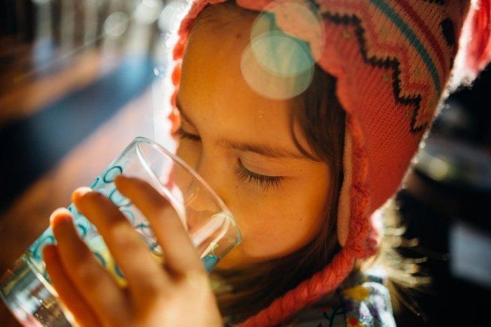 Средняя суточная потребность человеческого организма в воде составляет 2,5 литра. Один литр человек получает из пищи, еще один-полтора — в виде свободной жидкости: молока, чая, супа