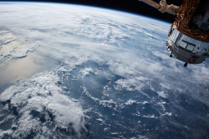 В настоящее время не существует ни одного спутника, которому бы удалось облететь планету на меньшей высоте
