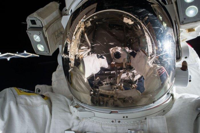 Если подходить формально, то космонавту за всю жизнь можно находиться на Луне и в окололунном пространстве не более 2 лет