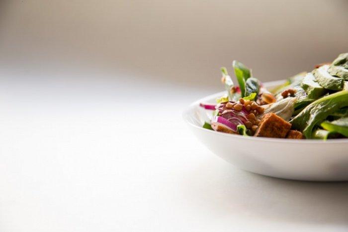 Неправильно хранящийся салат способен стать причиной тяжелого пищевого отравления