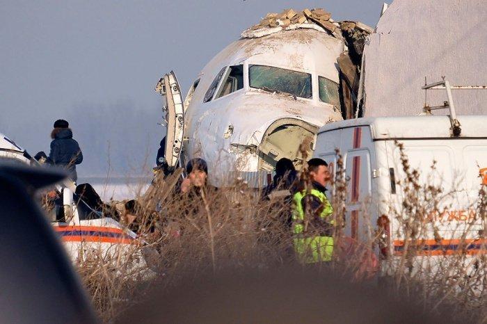 В Казахстане продолжается расследование крушения самолета.