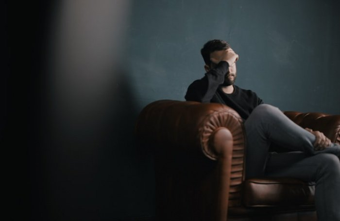 Избыточное напряжение способно привести к росту кортизола, что в сочетании с нехваткой витамина D может вызвать чувство усталости и подавленности