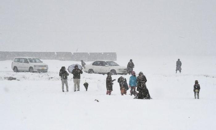 В нескольких провинциях Пакистана продолжаются снегопады и ливни.