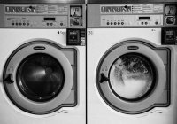 Ученые сообщили, как сохранить одежду во время стирки
