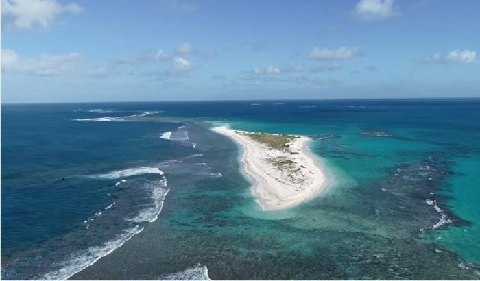 Два индонезийских острова оказались под водой.