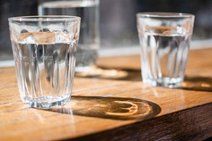 Вода натощак также выводит из организма токсины, скопившиеся за ночь, защищает от изжоги, активирует метаболизм и работу кишечника