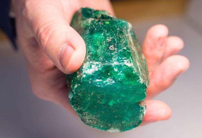 По оценкам специалистов, найденный изумруд является редчайшим (Фото: Госкорпорация Ростех/ТАСС)