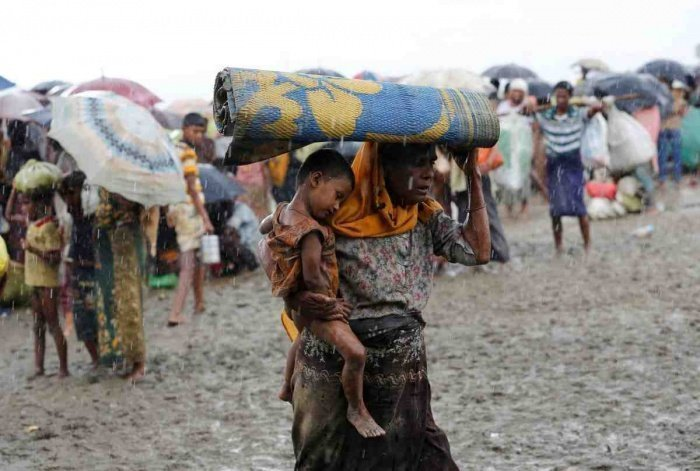 Более 600 тысяч мирных жителей были вынуждены бежать в Бангладеш.