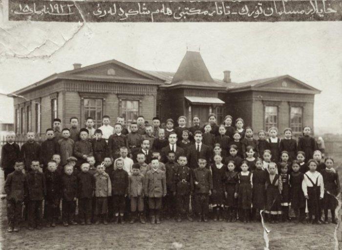 Татарская община перед школой, г. Хайлар, 1922 год. Из коллекции Нурал Акчурин
