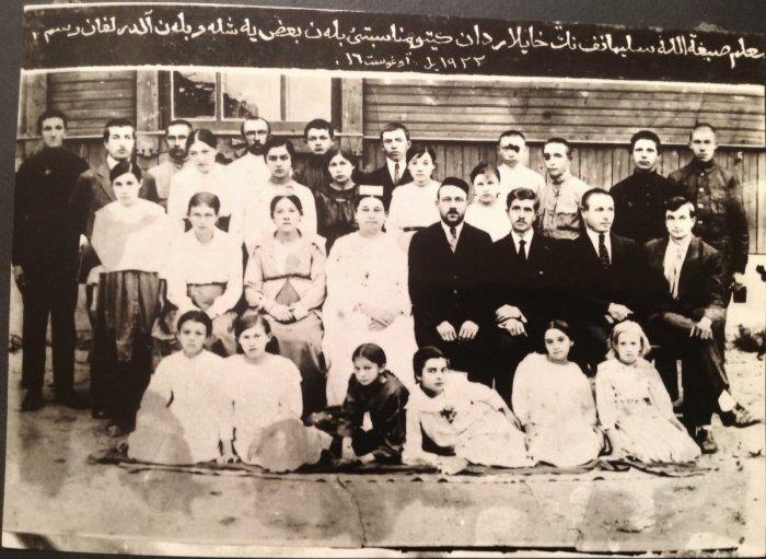 Проводы учителя Сибгатуллы Сулеманова. Фото на фоне татарской школы, г. Хайлар, 1922 год