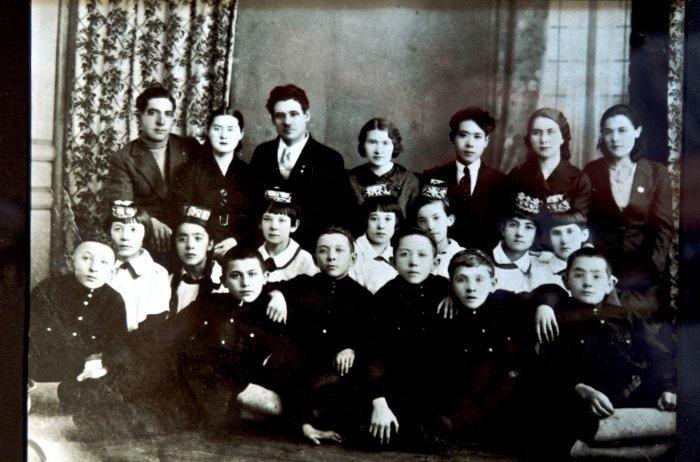 Ученики и учителя татарской школы. Во втором ряду в центре Зухра Кугуш