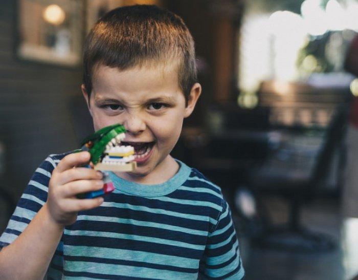 Новое антикариесное покрытие разработчики назвали пептидным лаком. Он не лечит зубы и не затягивает кариозные полости, однако успешно борется с их создателями — бактериями