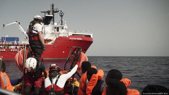Мигранты избежали гибели в Средиземном море.