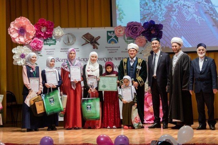 Победительнице конкурса по чтению Корана досталась путевка в Умру.