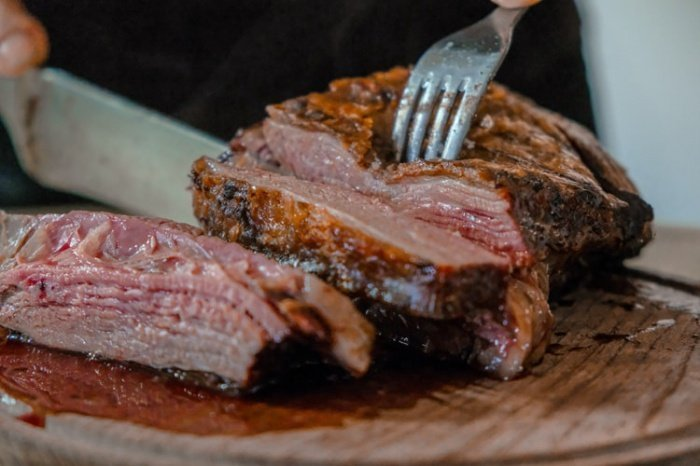 По словам специалистов, мясо и рыбу нельзя есть без достаточной термической обработки