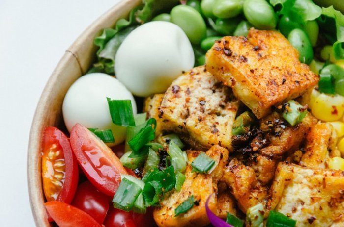 Во время тренировок диетологи советуют есть авокадо и бобовые. Они полезны благодаря высокому содержанию насыщенных жиров, а также углеводов и белков