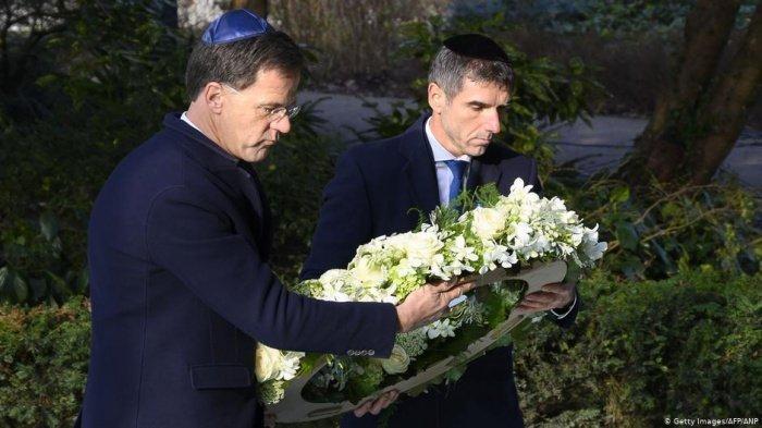 Марк Рютте (слева) на траурной церемонии.