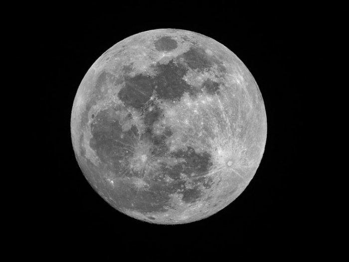 Снимки были получены из кратера Фон Карман, он располагается в южном полушарии невидимой для землян стороны Луны
