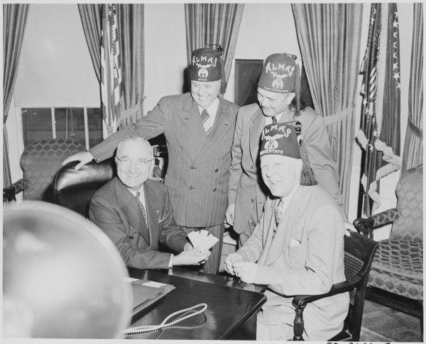 Президент Гарри Трумэн с членами ордена в овальном офисе Белого дома