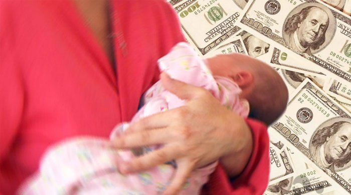 Женщина едва не продала свою дочь.