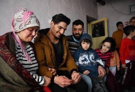 В Турции наградили сирийского беженца, спасшего семью после землетрясения