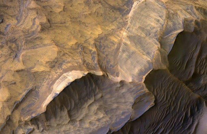 Эти материалы указывают на то, что когда-то Марс был влажной планетой, и возможно вода в незамерзшем виде есть на нем до сих пор (Фото: NASA)