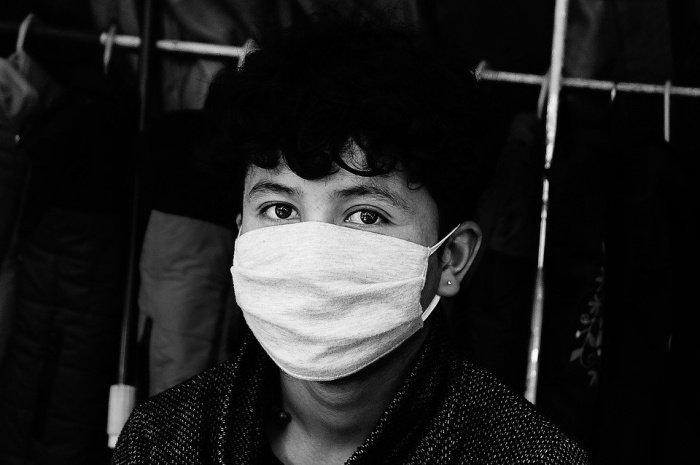 По словам специалиста, большинство людей в России носят маску неправильно
