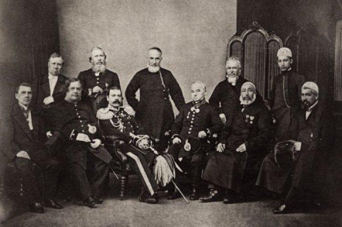 Сидят слева направо В.Н. Унженин, И.Я. Тихонов, М.К. Нарышкин Каз.губернатор,С.Е. Александров, Ибрахим Юнусов, Ибрахим Апаков.