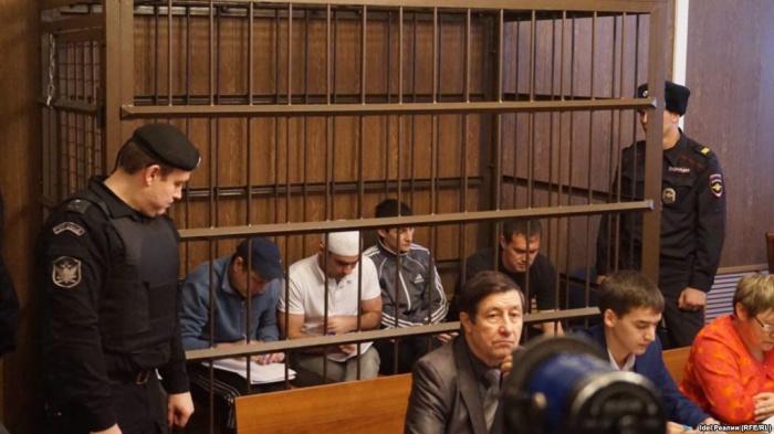 Айрат Ситдиков (в центре) на заседании суда.