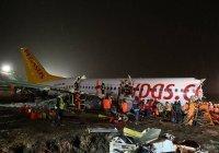 В Турции самолет при посадке развалился на три части (Видео)