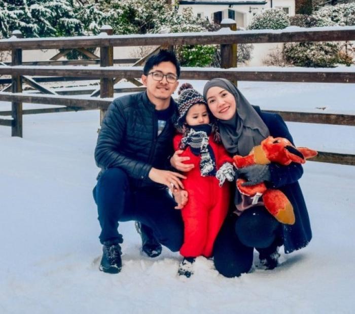 Хариз со своими родителями.