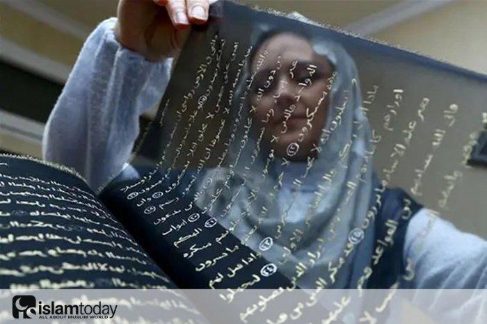 Художница за три года скопировала Коран на шелковые страницы