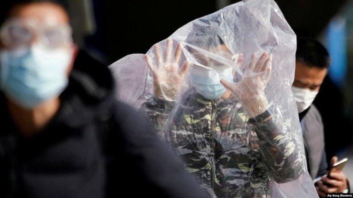 Люди защищаются от коронавируса всеми возможными способами.