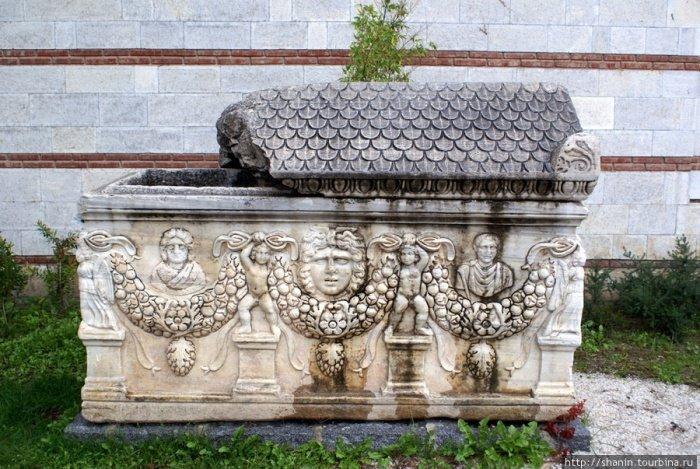 Саркофаг типа Сидамары. Археологический музей (Сельчук, Турция).