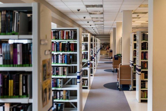 Библиотекарь предлагала читателям экстремистскую книгу.
