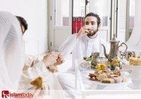 Правда ли, что разговаривать во время еды является сунной?