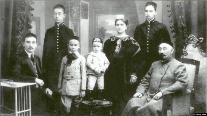 Сулейман Аитов (сидит в кресле справа) со своей семьей.