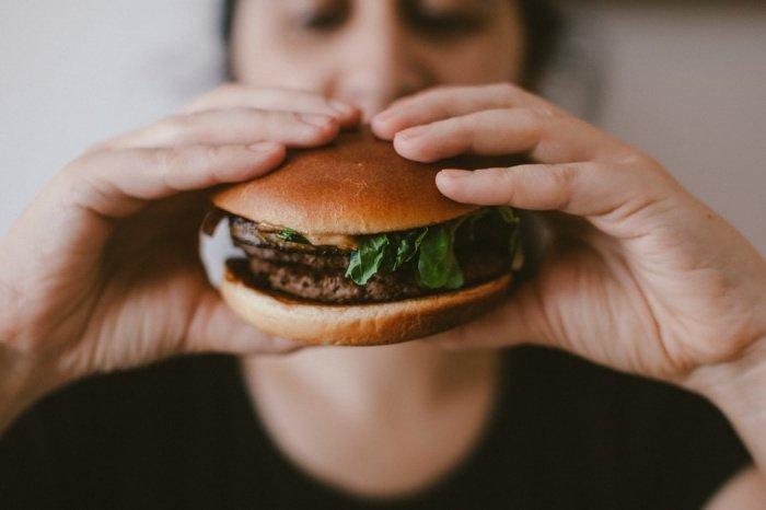 Людям, страдающим бессонницей, рекомендуется отказаться от поздних ужинов, чтобы дать своему организму время настроиться на отдых