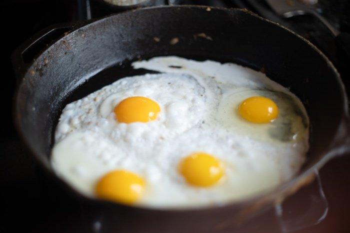 Позавтракать нужно в первый же час после пробуждения, и лучше довольно плотно