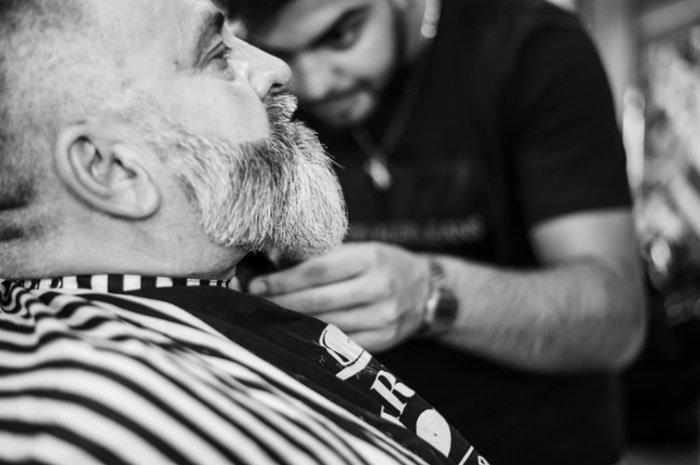 По словам доктора, бороду нужно мыть шампунями, а при высыпаниях на лице применять средства с антисептиком