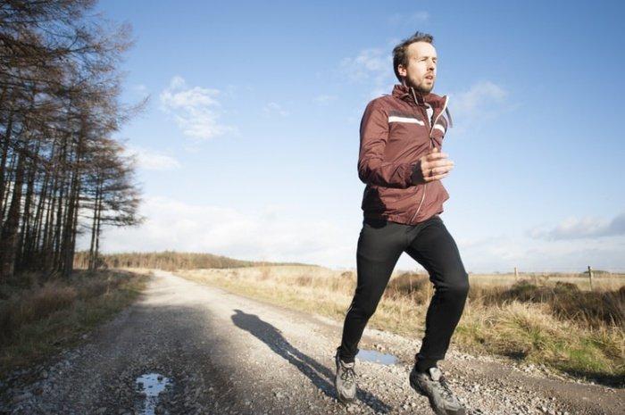 Чтобы повысить защитные свойства организма, важно правильно питаться, беречь свою психику, отказаться от вредных привычек, спать не менее 8 часов в сутки, заниматься спортом, закаляться