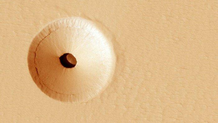 Предполагается, что до обрушения глубина вулканической камеры составляла не менее 90 м (Фото: NASA, JPL, U. Arizona)