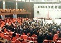 Депутаты парламента Турции подрались из-за Эрдогана (Видео)