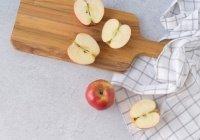 Диетолог сообщила, как правильно есть яблоки