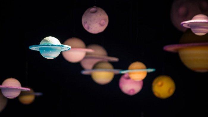 Планета похожа на земную Луну, при этом к своей родительской звезде она обращена лишь одной стороной, а другая находится в вечной темноте